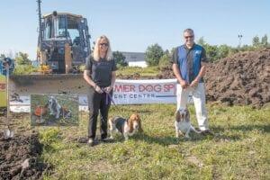 Shelly et Don Gordon se tiennent au nouveau Premier Dog Sports and Events Center avec leurs chiens Dazzle et Flash et Diesel (dans l'esprit) décédés il y a deux mois.  Photo: Maria Pericozzi